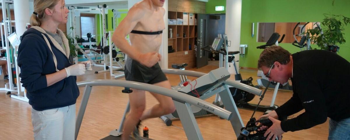 Klaus Gösweiner und Silke Kranz bei sportmedizinischen Tests